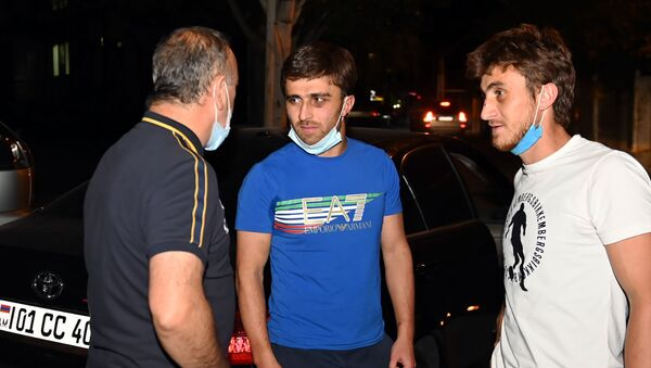 Братья Малакяны беседуют с корреспондентом Sputnik Армения Хачиком Чахояном после выхода из здания суда (2 сентября 2020). Еревaн - Sputnik Արմենիա