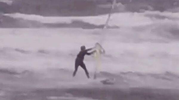 Виндсёрфер в бушующем море и летающие крыши: очевидцы публикуют видео с тайфуном «Майсак» в Приморье - Sputnik Армения