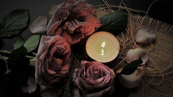 Цветы со свечой - Sputnik Армения