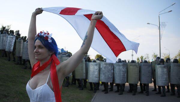 Участница акции протеста оппозиции в Минске - Sputnik Армения