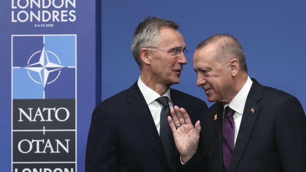 Генеральный секретарь НАТО Йенс Столтенберг (слева) и  президент Турции Реджеп Тайип Эрдоган во время встречи лидеров НАТО в отеле The Grove в Уотфорде (4 декабря 2019). Англия - Sputnik Армения