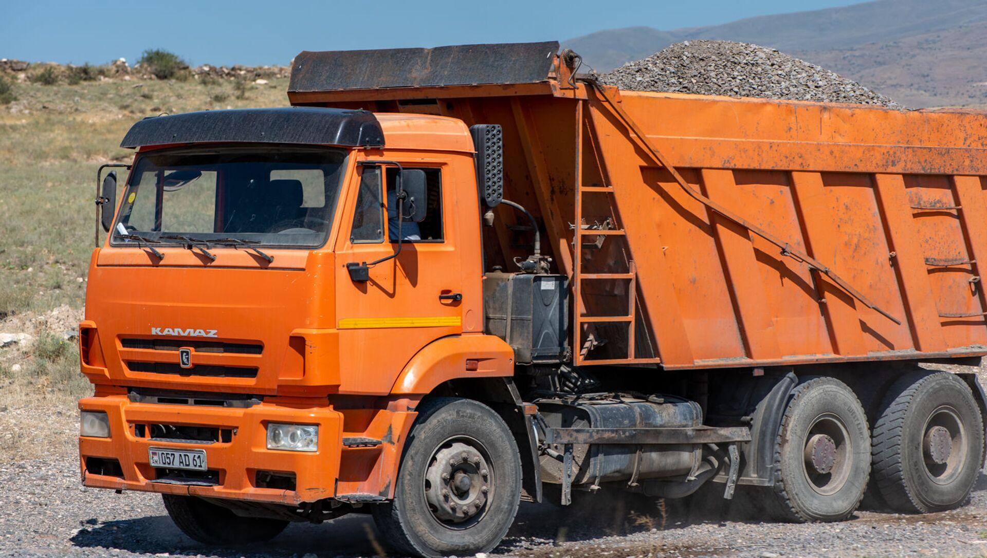 Загруженный щебнем грузовой автомобиль - Sputnik Արմենիա, 1920, 23.08.2021