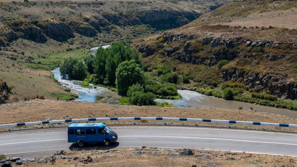 Микроавтобус на трассе H32 - Sputnik Армения