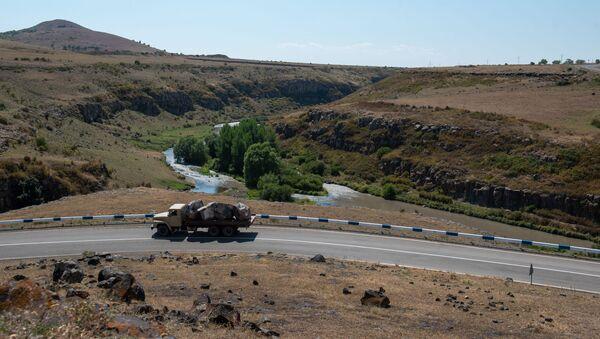Загруженный камнем грузовой автомобиль на трассе H32 - Sputnik Արմենիա