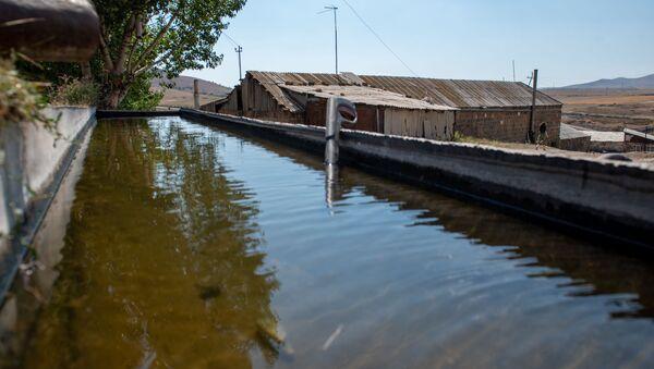 Резервуар с водой в селе Джрадзор в Ширакской области - Sputnik Армения