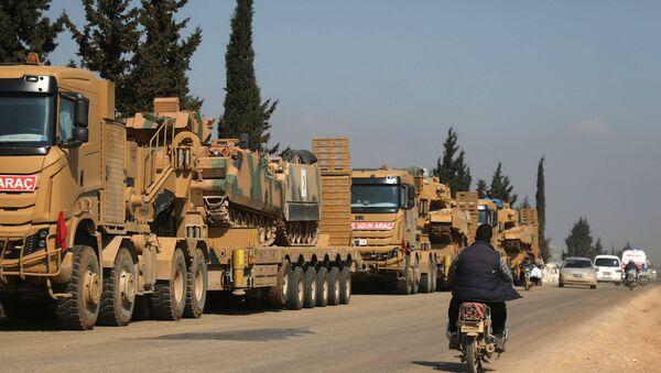 Колонна турецкой военной техники возле города Хазано в контролируемой повстанцами северной сельской местности сирийской провинции Идлиб (3 марта 2020). Сирия - Sputnik Армения