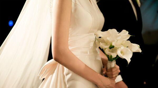 Невеста с букетом в руках - Sputnik Армения