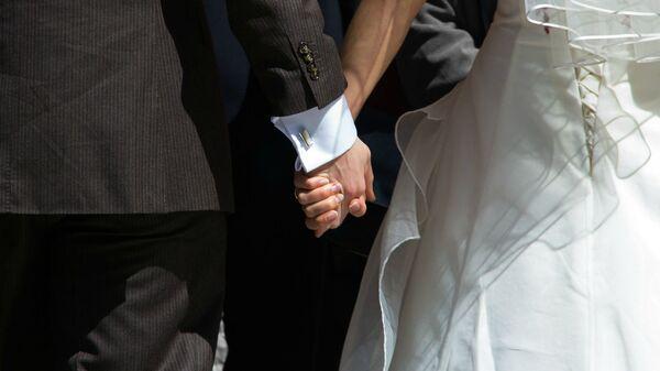 Жених и невеста держатся за руки - Sputnik Արմենիա