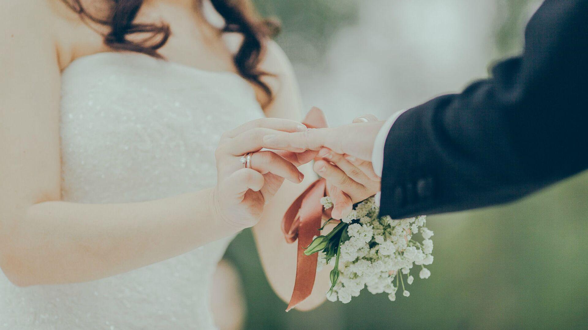 Жених и невеста надевают друг другу кольца - Sputnik Արմենիա, 1920, 13.07.2021