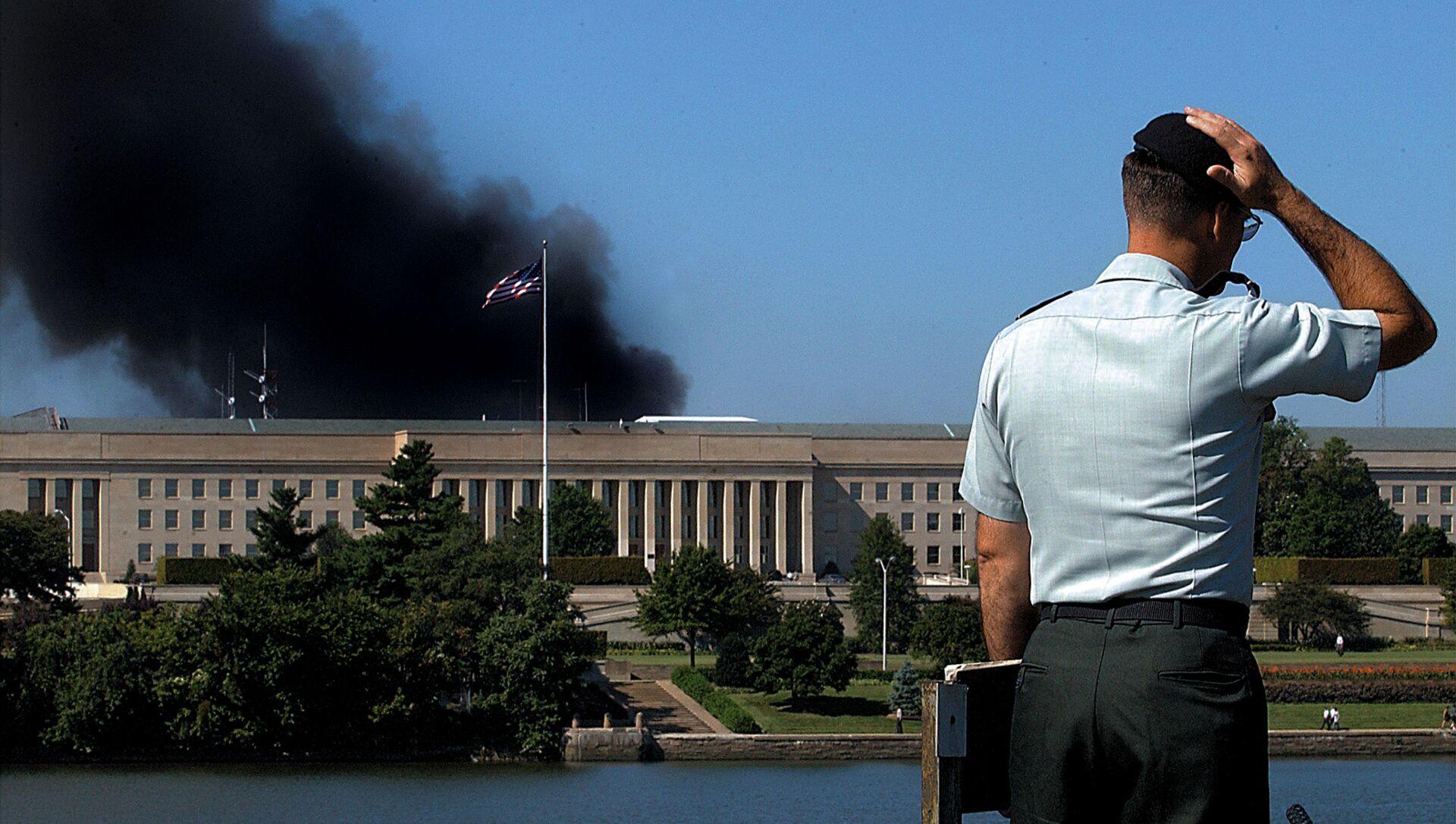 Сотрудник у здания Пентагона после теракта 11 сентября, США - Sputnik Армения, 1920, 10.09.2021