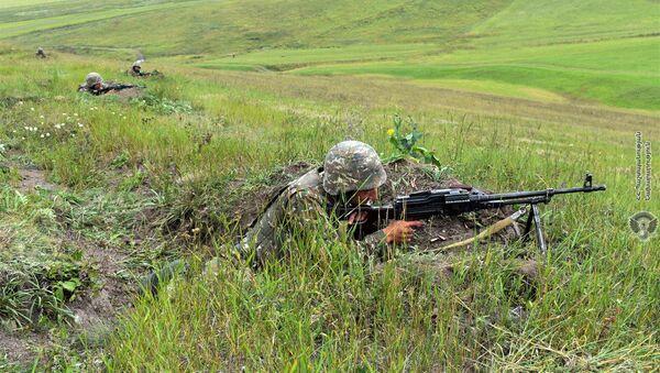 Армянский военнослужащий на тренировке по стрельбе - Sputnik Армения