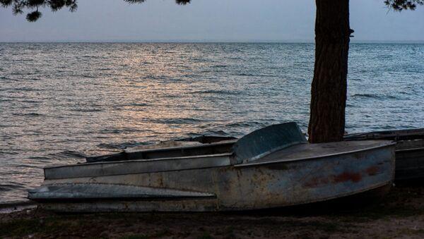 Рыбацкая лодка на берегу озера Севан - Sputnik Արմենիա