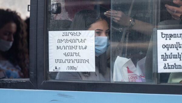 Перегруженный автобус на остановке в Ереване - Sputnik Արմենիա