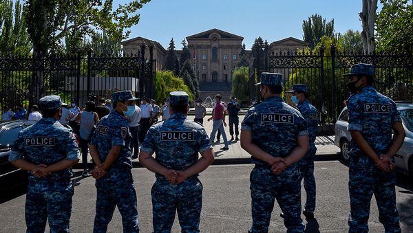 Сотрудники полиции перед зданием Национального собрания Армении (16 сентября 2020). Еревaн - Sputnik Արմենիա
