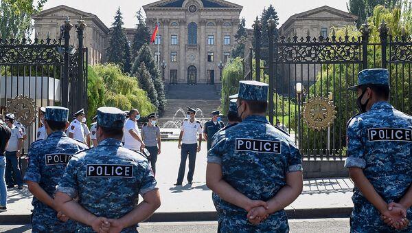 Сотрудники полиции перед зданием Национального собрания Армении (16 сентября 2020). Еревaн - Sputnik Армения