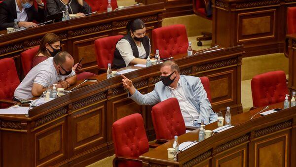 Депутаты от фракции Процветающая Армения на очередном заседании Национального собрания Армении (16 сентября 2020). Еревaн - Sputnik Армения