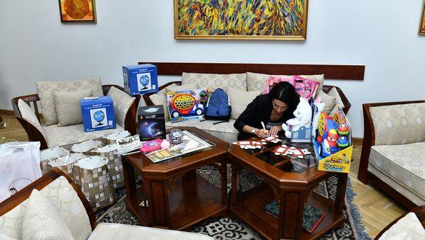 Анна Акопян подписывает подарки для детей с заболеваниями крови (18 сентября 2020). Еревaн - Sputnik Արմենիա