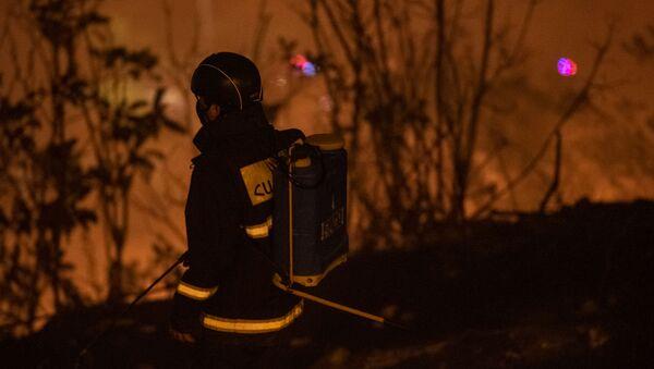 Сотрудник МЧС на месте пожара у Матенадарана (19 сентября 2020). Еревaн - Sputnik Армения