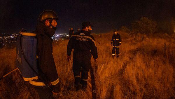 Сотрудники МЧС на месте пожара у Матенадарана (19 сентября 2020). Еревaн - Sputnik Армения