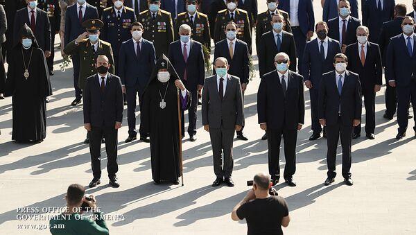 Премьер-министр Никол Пашинян, президент Армен Саркисян и другие члены правительства в военном пантеоне Ераблур (21 сентября 2020). Еревaн - Sputnik Արմենիա