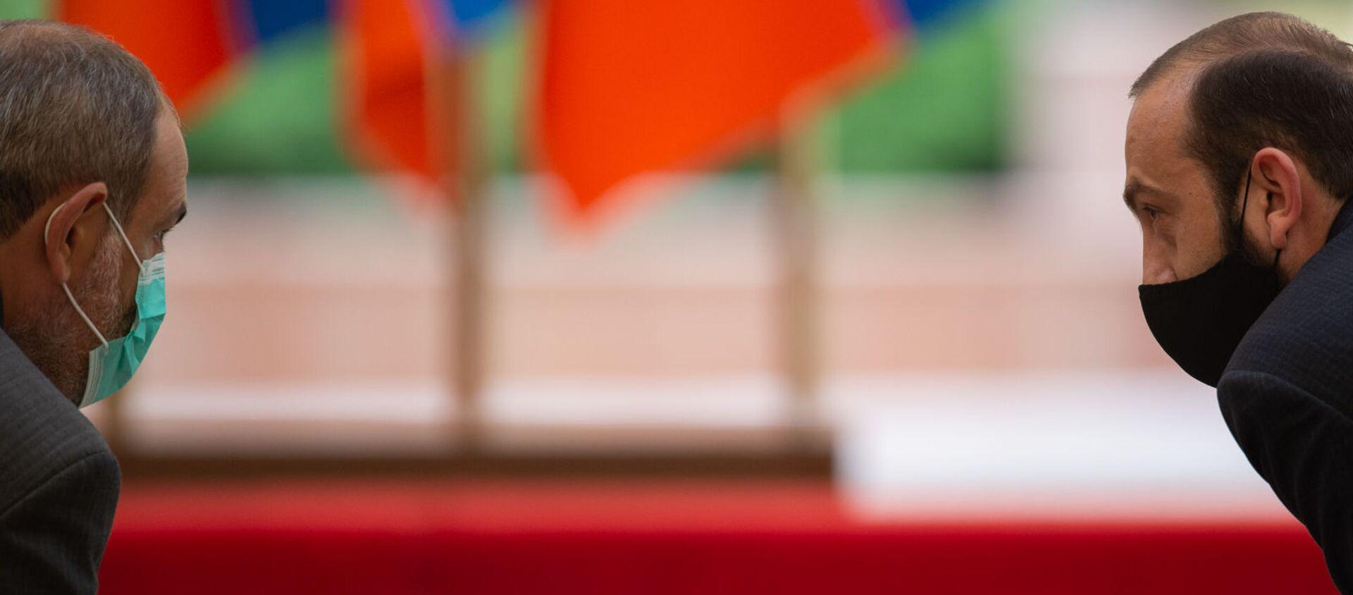 Премьер-министр Никол Пашинян и спикер НС Арарат Мирзоян перед началом церемонии награждения в честь Дня Независимости Армении (21 сентября 2020). Еревaн - Sputnik Արմենիա, 1920, 26.08.2021