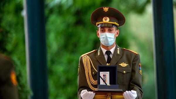 Военнослужащий почетного караула с медалью во время церемонии награждения в честь Дня Независимости Армении (21 сентября 2020). Еревaн - Sputnik Արմենիա