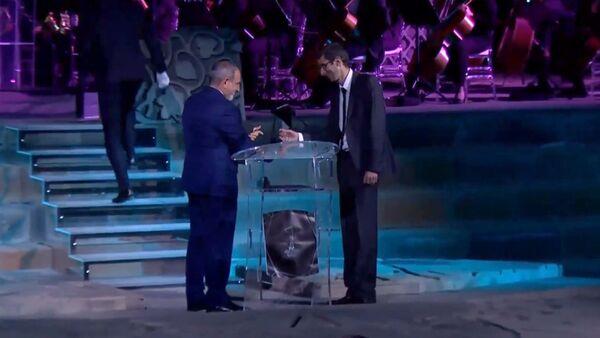 Премьер-министр Никол Пашинян во время присуждения главного приза Севаку Маркосяну на церемонии награждения Герой нашего времени в храме Звартноц (21 сентября 2020). Еревaн - Sputnik Армения