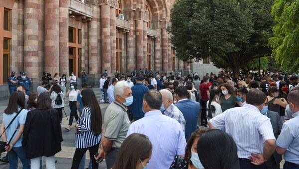 Акция студентов в поддержку Дианы Галоян, избранной ректором Армянского экономического госуниверситета, напротив здания правительства (22 сентября 2020). Еревaн - Sputnik Արմենիա