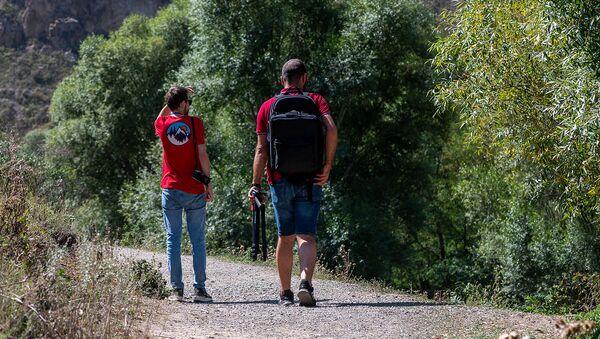 Туристы у водопада Шаки - Sputnik Արմենիա