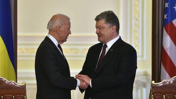 Президент Украины Петр Порошенко (справа) и вице-президент США Джо Байден перед началом совместного заявления для прессы после их встречи (16 января 2017). Киев - Sputnik Армения