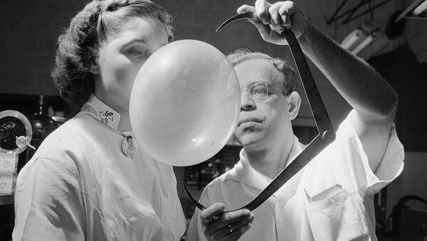 Тестирование текстуры и эластичности жевательной резинки директором по исследованиям в компании Bazooka Bubble Gum Company, 1949 год - Sputnik Армения