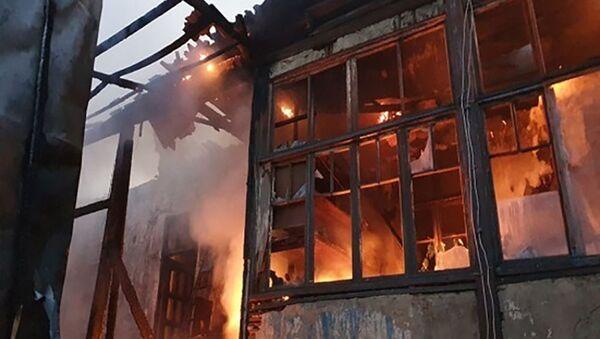 Пожар в двухэтажном доме в деревне Птхунк (24 сентября 2020).  - Sputnik Армения