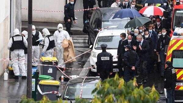Премьер-министр Франции Жан Кастекс (в центре) и министр внутренних дел Франции Жеральд Дарманен возле бывшего офиса сатирического журнала Charlie Hebdo после нападения мужчины с ножом (25 сентября 2020). Париж - Sputnik Армения