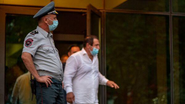 Гагик Царукян выходит из зала суда, где проходило слушание по его делу (25 сентября 2020). Еревaн - Sputnik Արմենիա