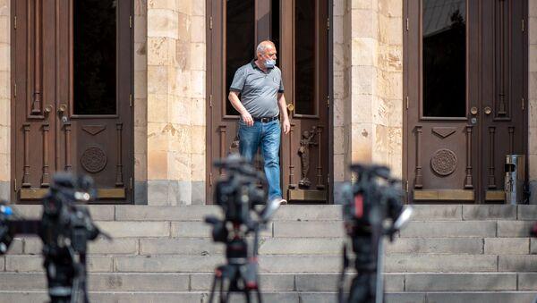 Мужчина выходит из здания Конституционного суда Армении (25 сентября 2020). Еревaн - Sputnik Արմենիա