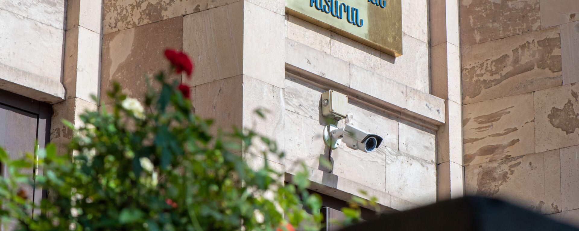 Вывеска над входом в здание Конституционного суда Армении - Sputnik Արմենիա, 1920, 05.07.2021