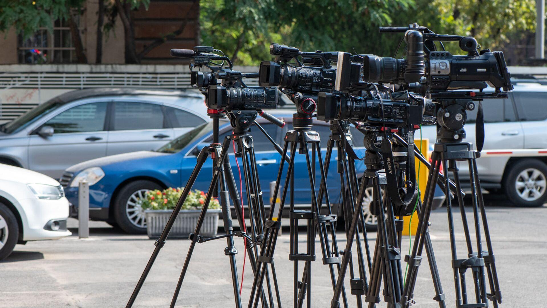 Операторы в ожидании выхода представителей КС по окончании заседания (25 сентября 2020). Еревaн - Sputnik Արմենիա, 1920, 06.08.2021