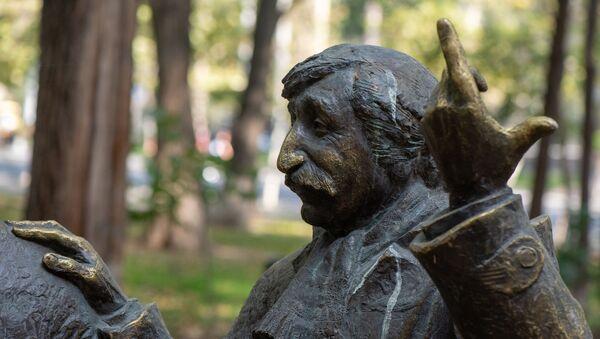 Памятник герою Фрунзика Мкртчяна Сурену в скульптурной группе героев фильма Мужчины скульптора Давида Минасяна в Ереване - Sputnik Արմենիա
