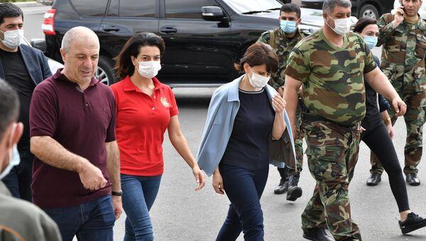Супруги лидеров Армении и Карабаха Анна Акопян и Кристина Арутюнян навестили раненных в республиканской больнице Карабаха (27 сентября 2020). Степанакерт - Sputnik Армения
