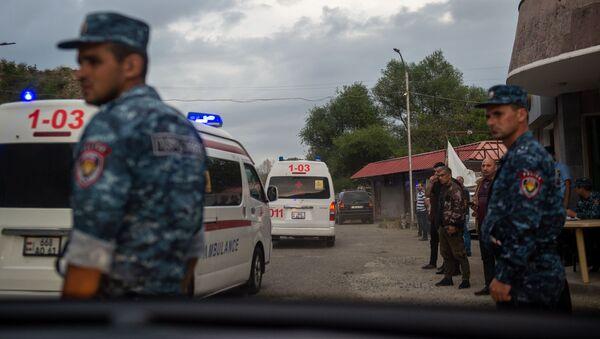 Кареты скорой помощи у контрольно-пропускного пункта Карабаха - Sputnik Արմենիա