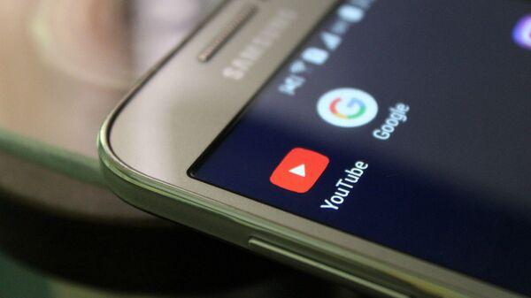 Смартфон с иконками приложений YouTube и Google - Sputnik Армения
