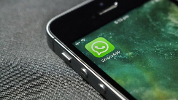 Смартфон с логотипом WhatsApp - Sputnik Армения