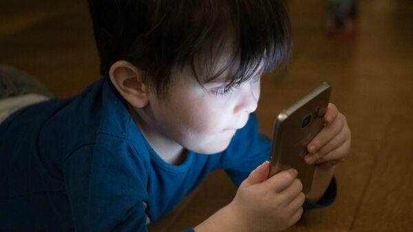 Ребенок со смартфоном - Sputnik Արմենիա