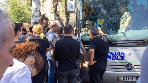 Запись добровольцев для отправки на фронт в военкомате (28 сентября 2020). Еревaн - Sputnik Армения