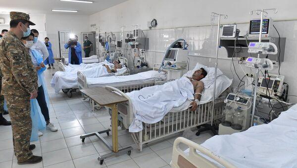 Жена премьер-министра Армении Анна Акопян посетила раненных в военном госпитале (28 сентября 2020). Степанакерт - Sputnik Армения