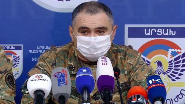 Заместитель командующего Армией Обороны Артур Саркисян во время брифинга Единого информационного центра (28 сентября 2020). Степанакерт - Sputnik Армения