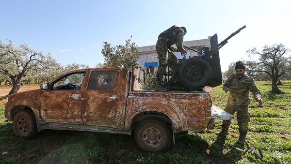 Поддерживаемые Турцией повстанцы занимают позиции в районе деревни Нейраб в провинции Идлиб (20 февраля 2020). Сирия - Sputnik Армения