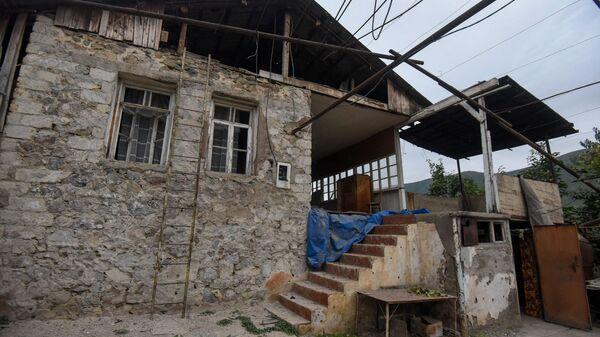 Поврежденный от обстрелов дом Эдика Степаняна в Гадруте - Sputnik Армения