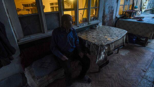 Житель одного из обстреленных домов Гадрута Эдик Степанян - Sputnik Արմենիա