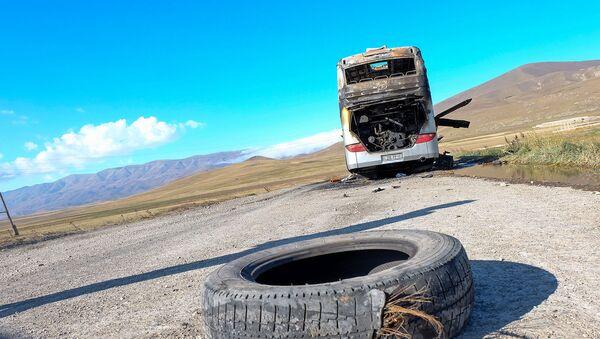 Попавший под обстрел гражданский автобус около города Варденис Гегаркуникской области (29 сентября 2020). Армения - Sputnik Արմենիա